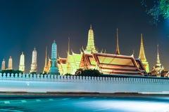 La belleza de Emerald Buddha Temple en el crepúsculo foto de archivo libre de regalías