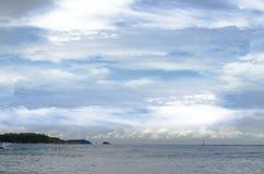 La belleza de la pequeña isla en el cielo Fotografía de archivo