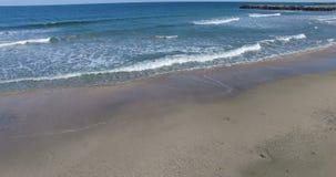 La belleza de las ondas del otoño y de la arena de la playa en Pomorie, Bulgaria almacen de video