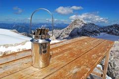 La belleza de la naturaleza, paisaje alpino que sorprendía con las rocas, picos overcovered con la nieve, turistas que caminaban  fotografía de archivo