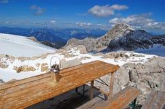 La belleza de la naturaleza, paisaje alpino que sorprendía con las rocas, picos overcovered con la nieve, turistas que caminaban  fotos de archivo libres de regalías