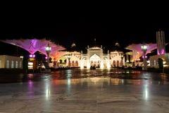 La belleza de la noche en la gran mezquita de Baiturrahman Aceh Fotos de archivo