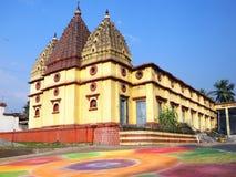 La belleza de un templo con rangoli Imagen de archivo libre de regalías