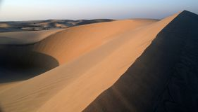 La belleza del desierto de Arabia como el Sun comienza a fijar, Dammam, provincia del este, Reino de la Arabia Saudita fotografía de archivo libre de regalías