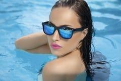 La belleza del verano goza de la piscina Foto de archivo libre de regalías