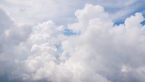La belleza en cielo de la naturaleza y las nubes miran el avión de la forma Fotos de archivo