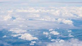 La belleza en cielo de la naturaleza y las nubes miran el avión de la forma Fotografía de archivo libre de regalías