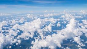 La belleza en cielo de la naturaleza y las nubes miran el avión de la forma Fotografía de archivo