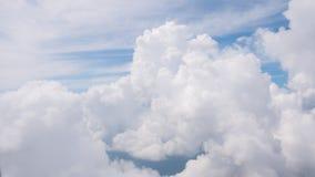 La belleza en cielo de la naturaleza y las nubes miran el avión de la forma Foto de archivo