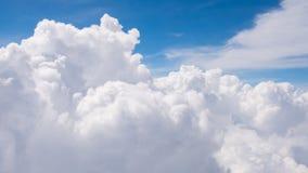 La belleza en cielo de la naturaleza y las nubes miran el avión de la forma Fotos de archivo libres de regalías