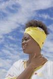 La belleza joven del Afro se vistió para una celebración, vista lateral Imagenes de archivo