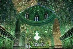 La belleza magn?fica de la mezquita de la capilla del Sah-e-Cheragh, adornada en verde con los espejos numerosos en Shiraz, Ir?n imagen de archivo libre de regalías