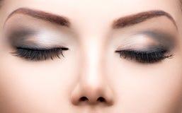 La belleza observa el primer del maquillaje Imagenes de archivo