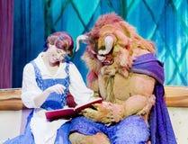 La belleza y la bestia leyeron un libro Fotos de archivo