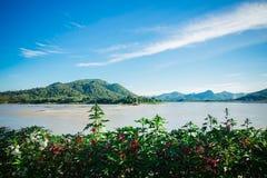 La bellezza dei fiumi, delle montagne e dei fiori Fotografia Stock Libera da Diritti