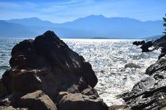 La bellezza del mare e della natura su una spiaggia rocciosa Fotografie Stock
