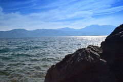 La bellezza del mare e della natura su una spiaggia rocciosa Immagine Stock
