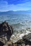 La bellezza del mare e della natura su una spiaggia rocciosa Fotografia Stock Libera da Diritti