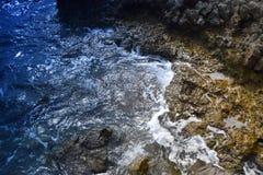 La bellezza del mare e della natura su una spiaggia rocciosa Fotografia Stock