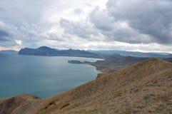 La bellezza delle montagne della Crimea ha bagnato dal mare di Chorny. Immagini Stock Libere da Diritti