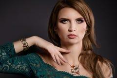 La bellezza dello studio ha sparato della donna con la collana e gli orecchini d'argento ambrati Fotografie Stock