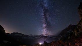 La bellezza eccezionale dell'arco della Via Lattea e del cielo stellato ha catturato ad elevata altitudine nell'estate sulle alpi Fotografia Stock