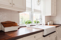 La bellezza ha progettato la retro cucina fotografie stock libere da diritti