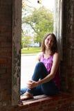 La bellezza sorride in una finestra Fotografia Stock