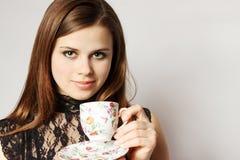 La bellezza tiene il tè della tazza Fotografia Stock Libera da Diritti