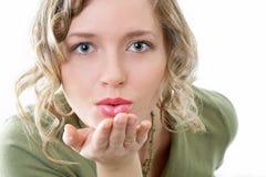 La bellezza trasmette il bacio Immagini Stock Libere da Diritti