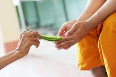La bendición con agua santa es tradición tailandesa Fotografía de archivo libre de regalías