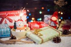 La bengala colorida se encendió para arriba sobre el muñeco de nieve principal Imagen de archivo