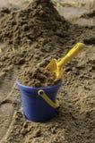 La benna piena della sabbia con la paletta Fotografia Stock