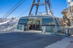 La benne suspendue relie CIME Biache Laghi au plateau Rosa atteignant les 3500 mètres Groupe de bâti de Cervino sur le fond, Ital photo stock