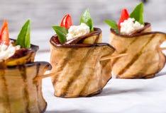 La berenjena deliciosa Rolls con el queso feta, el tomate y la albahaca se va, primer imagen de archivo libre de regalías
