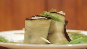 La berenjena rueda con el relleno del relleno Plato delicioso de la cocina del este almacen de metraje de vídeo