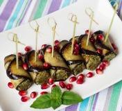 La berenjena rueda con las nueces Arrancador delicioso de berenjenas fritas con las nueces, las hierbas y las semillas de la gran foto de archivo libre de regalías