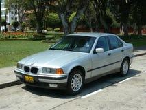 La berline d'iA de BMW 316 s'est garée en secteur de San Isidro de Lima Photographie stock libre de droits