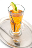 La bevanda alcolica con la spezia e la frutta gradiscono la calce ed arancio caldi, bevanda dell'inverno fotografia stock libera da diritti