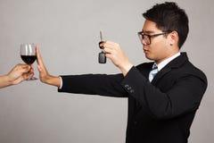 La bevanda asiatica dell'azionamento dell'uomo d'affari non, dice no di wine Immagini Stock