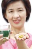 La bevanda della clorofilla e l'olio di fegato di merluzzo per il mezzo hanno invecchiato la salute fotografia stock
