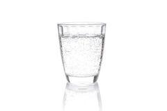 La bevanda gassosa trasparente ha versato in un contenitore trasparente Immagine Stock