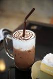 La bevanda ha messo sulla tavola, frappé dolce con cioccolato per il dessert sano Fotografie Stock