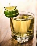 La bevanda trasparente verde di vetro ha decorato la calce Immagini Stock Libere da Diritti