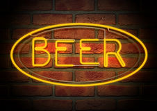 La bière au néon se connectent un mur de briques de visage Image libre de droits