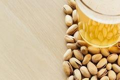 La bière avec des pistaches La vue supérieure Photos libres de droits