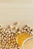 La bière avec des pistaches La vue supérieure la barre Images stock