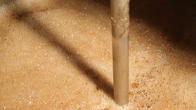 La bière chaude fraîchement brassée écume dans le réservoir de brassage Brassage de bière de métier vapeur banque de vidéos