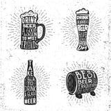 La bière créative a placé avec le verre, la tasse, le rayon de soleil de bouteille et le lettrage Photo stock