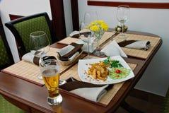La bière de gobelet avec des pommes de terre. Photo stock